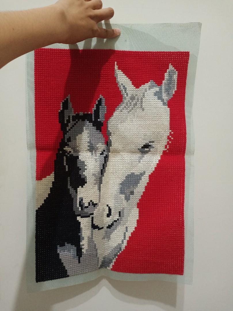kerajinan tangan kristik jadi 2 kuda warna putih & hitam
