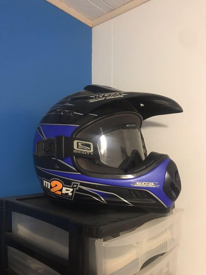 M2r snowmobile helmet with quick release goggles