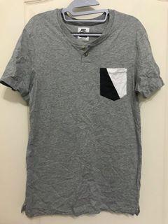 Nike 亨利領 口袋V字拼色 短袖