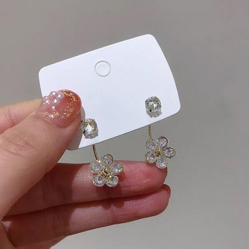 Crystal flower stud in light gold metal