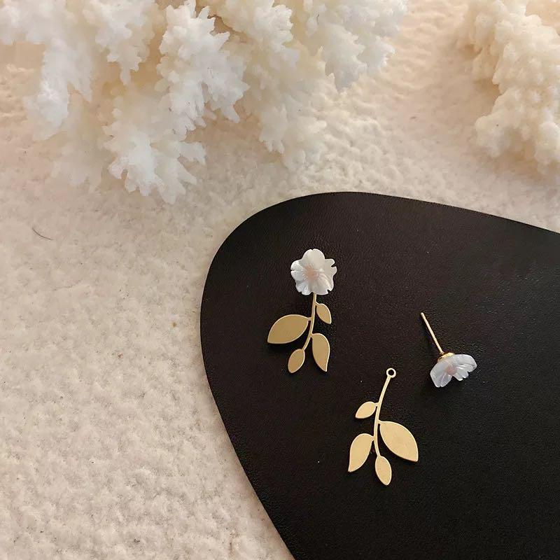 White floral stud with interchangeable leaves