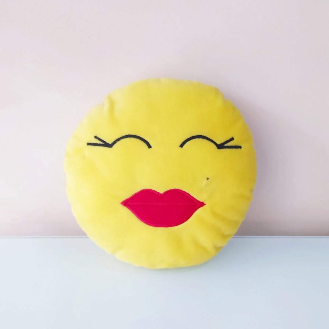 Boneka Bantal Emoticon Kiss