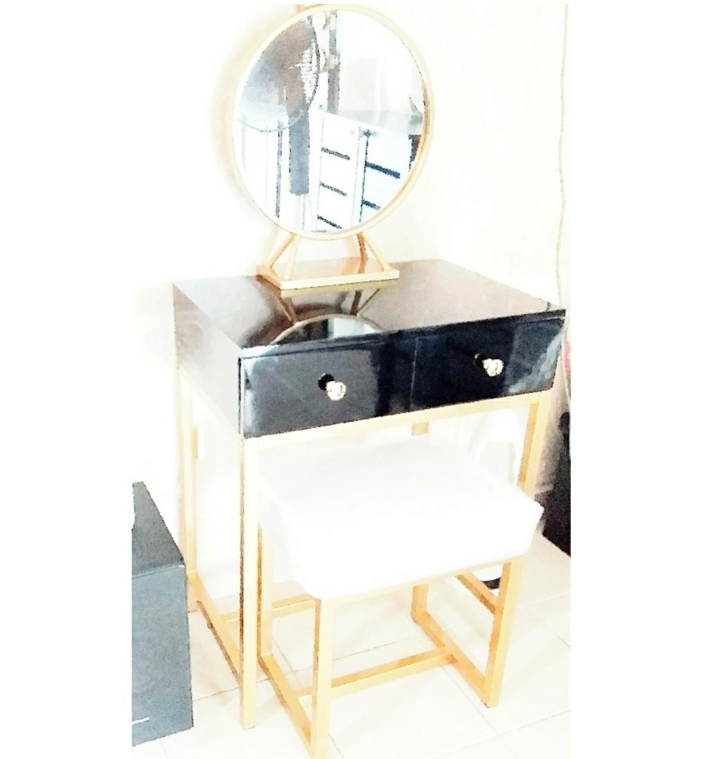 Dressing Table With Clear Mirror