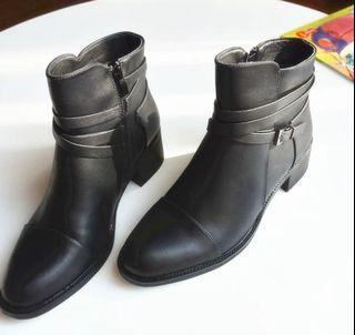 中跟黑色短靴