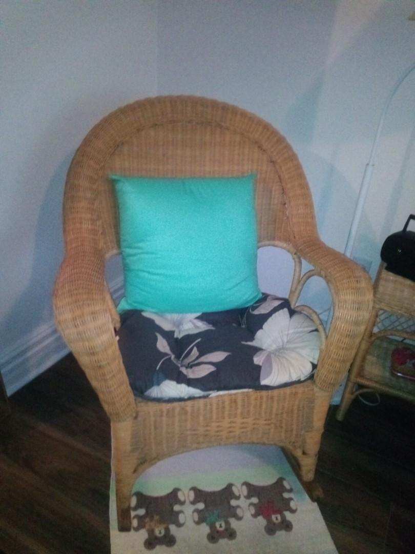 Chaise bercente en rotin comme neuf