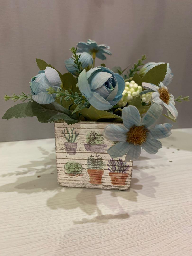 Bunga dan Pot Aksesoris Pajangan Rumah