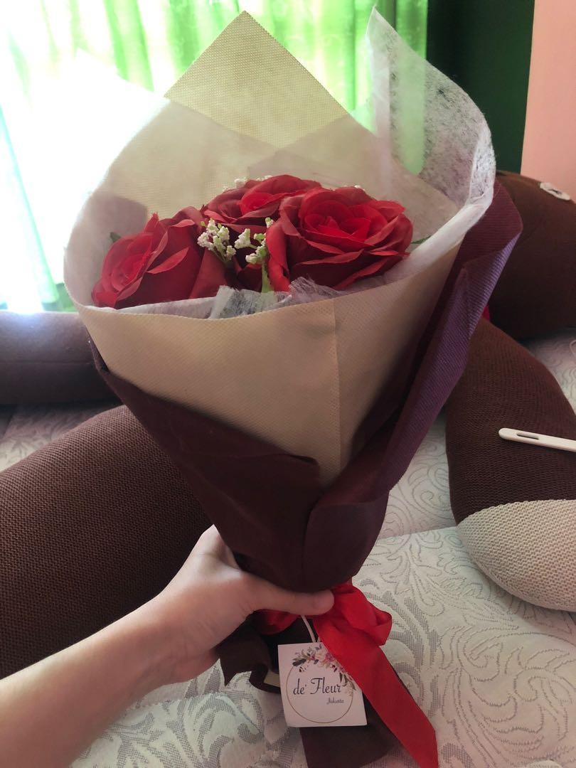 Bouquet Bunga mawar palsu