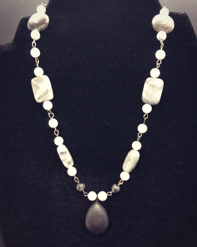 Stone necklace with onyx and Howlite