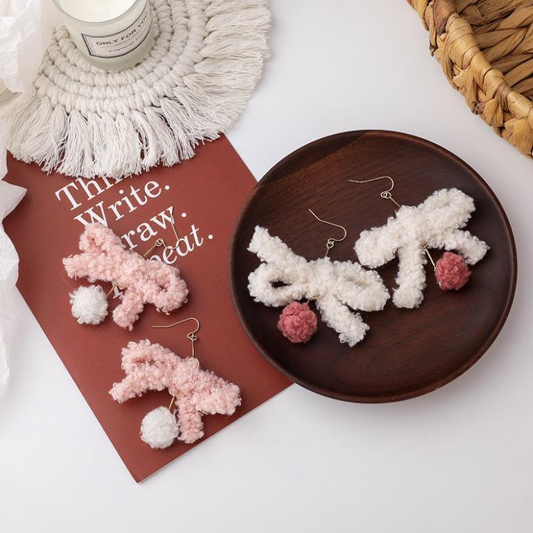 {朵朵韓飾} B5561 韓國直送(正韓)-氣質甜美蝴蝶結毛球耳環(二色)