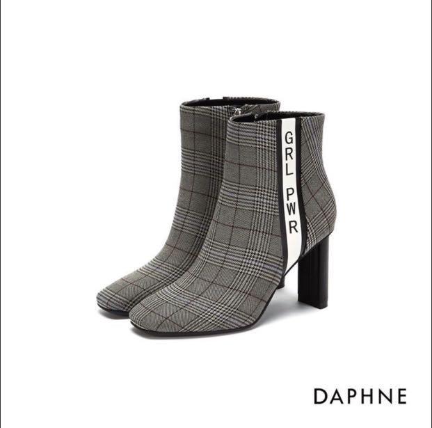 達芙妮DAPHNE 格紋撞色字母印花粗高跟短靴