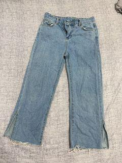 淺藍色小開叉不修邊牛仔褲