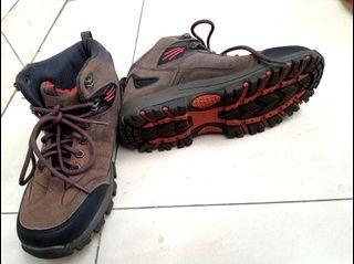 Sepatu Gunung SNTA