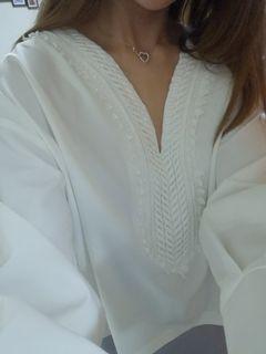 正韓純白氣質厚雪紡上衣大V領繡花