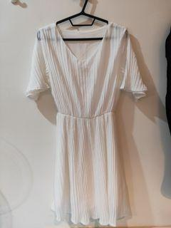 純白微V領洋裝