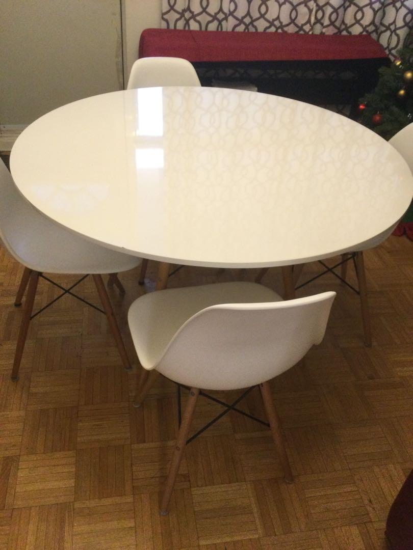 Dinning set table and chairs from Structube