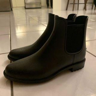 Brand New Pair of Sleek Waterproof Black Chelsea Boots (Size US 6/EU 36)