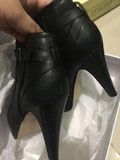 Trendy half size boots