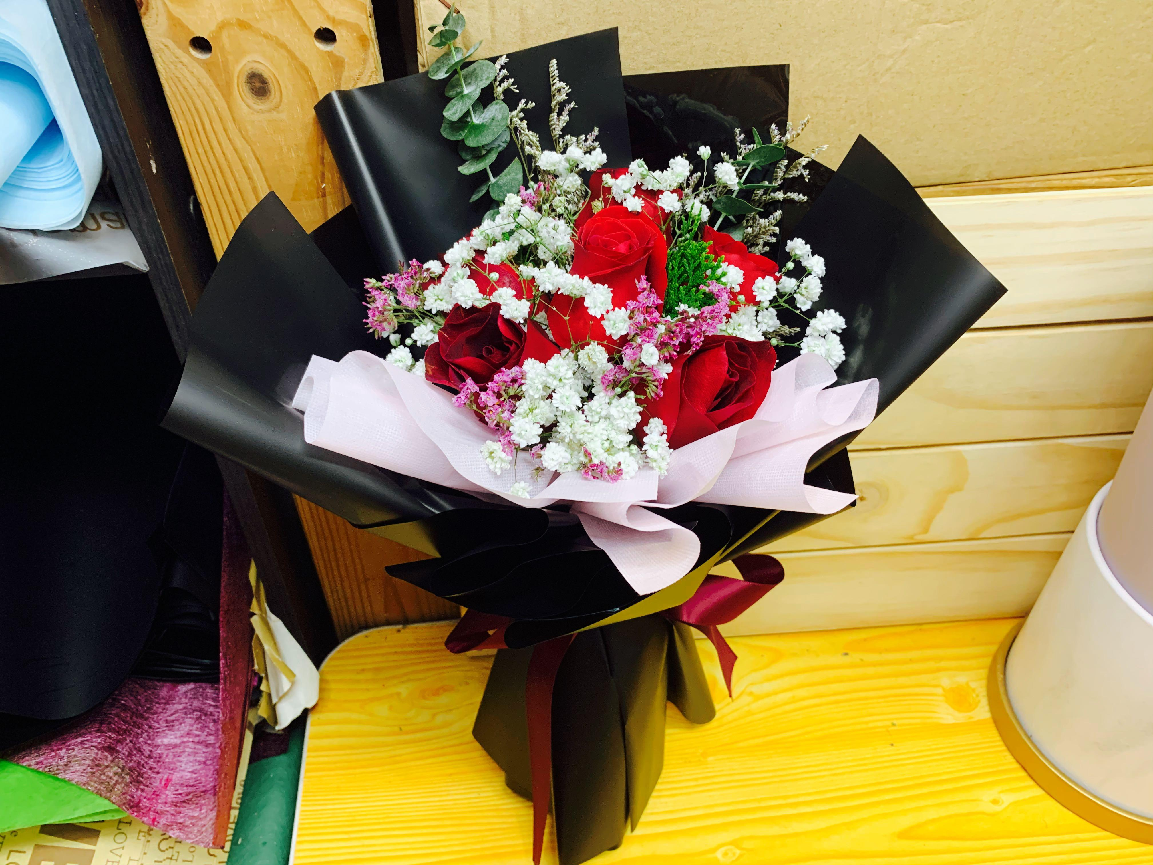 Huamama 6 Red Roses Fresh Flower Bouquet Wrap Black 30 Gardening Flowers Bouquets On Carousell