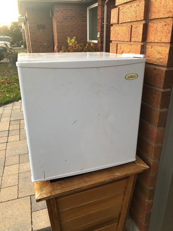 "Salton 18""x18"" MINI Fridge"
