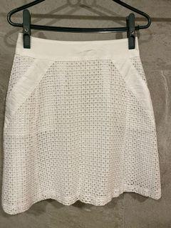 白色素面短裙