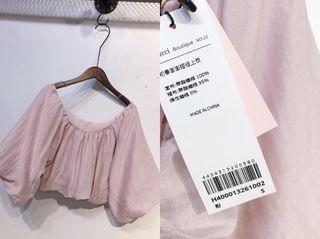 #2020掰掰 平口露肩鬆緊可調短版粉藕色泡泡袖上衣