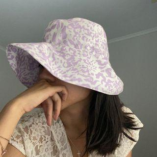 OFFICIAL CLAUDE GINNY BUCKET HAT PRINT LILAC