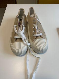 7.5 Canvas keds, new and never worn