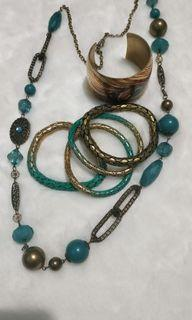 Kalung batu, gelang emas