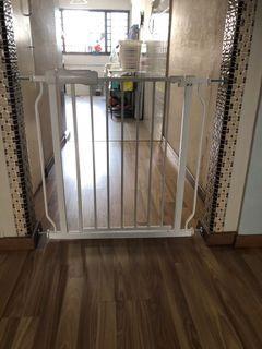 Baby / Pet gate. ( white)