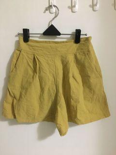 芥黃後鬆緊褲頭棉麻短褲