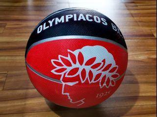 Bola basket Olympiacos hitam merah