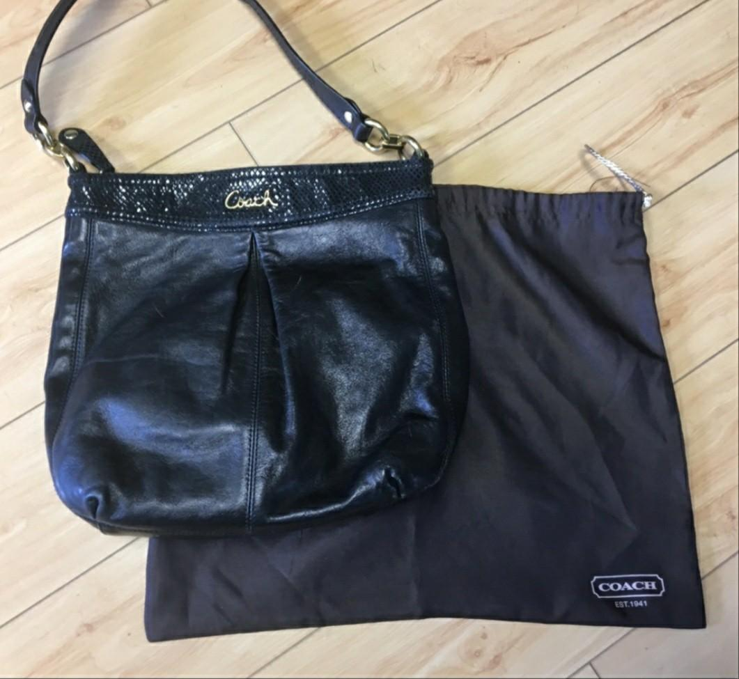 Beautiful coach purse with dust bag