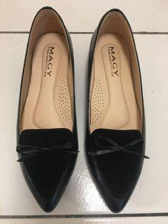 MAGY黑色真皮低跟淑女鞋