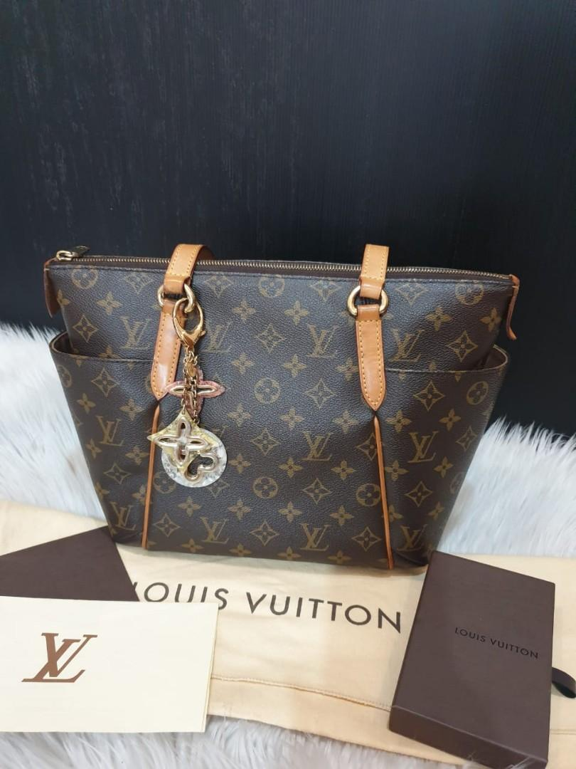 Good Condition LV Totaly PM 2015 key chain Complete set db,receipt,box,charm db and charm
