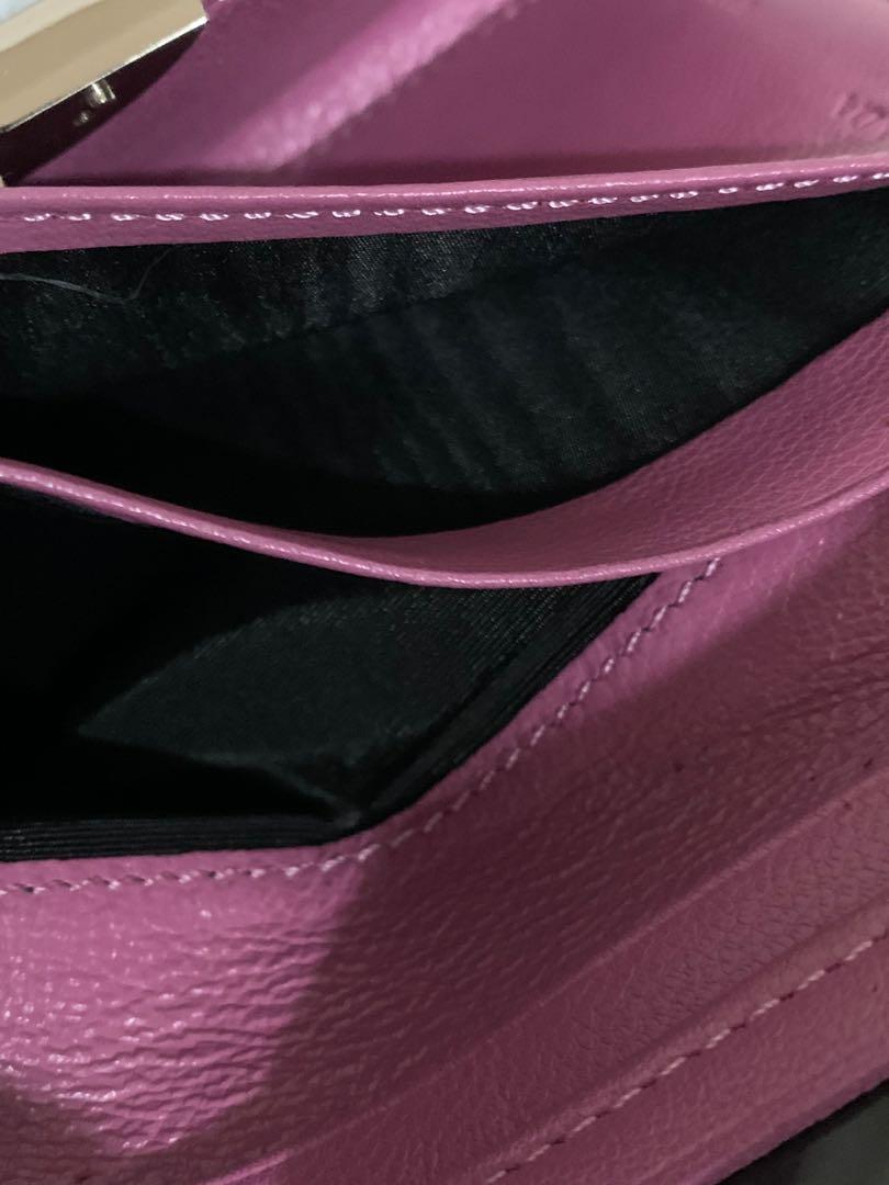 Dompet Prada wallet authentic, full leather, 15.5 x 10 cm ( terlipat ), with DB, kondisi 90% OK! Serius no php!!