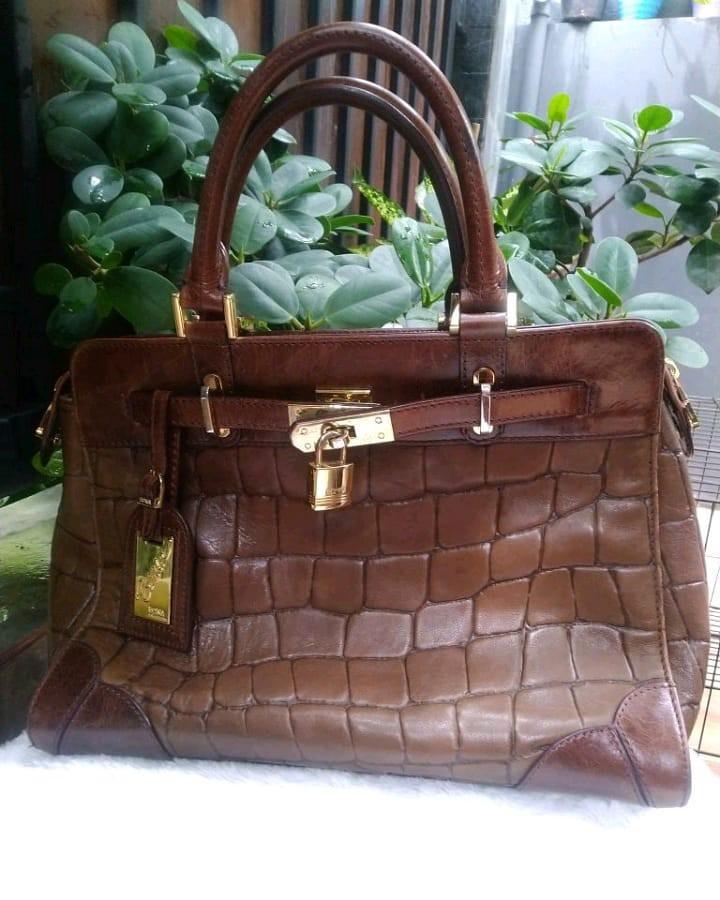 Bonia Authentic limited edition kondisi bagus pemakaian wajar size 35cm tas kulit sapi