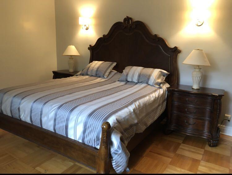 King size cherry wood bed with royal headboard - Lit King de luxe en merisier