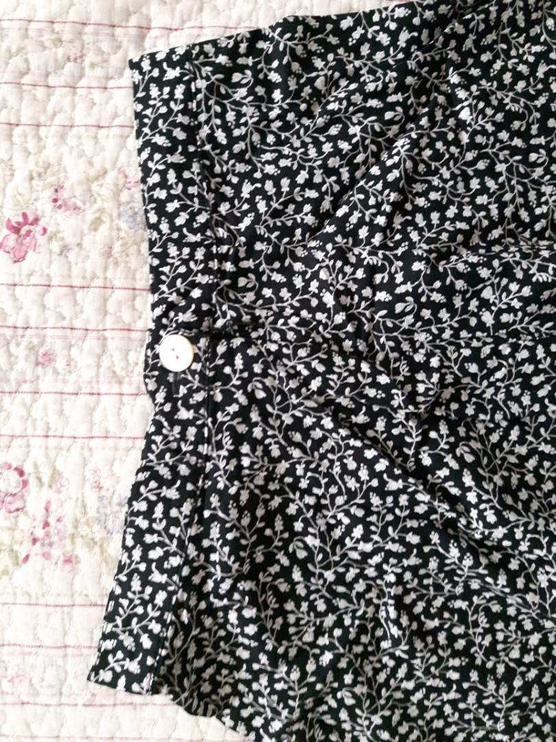 GAP KIDS SIZE 5 FLORAL SKIRT- BLACK AND WHITE - ZIP & BUTTON