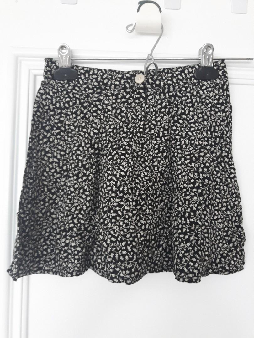 GAP KIDS SIZE 5 FLORAL SKIRT- BLACK AND WHITE - ZIP & BUTTON- ditsy style