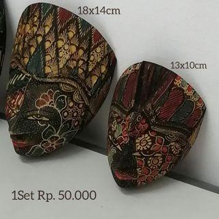 Topeng Kayu Wayanh Lukis Batik