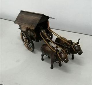Miniatur Kereta Sapi Bahan Logam Antik