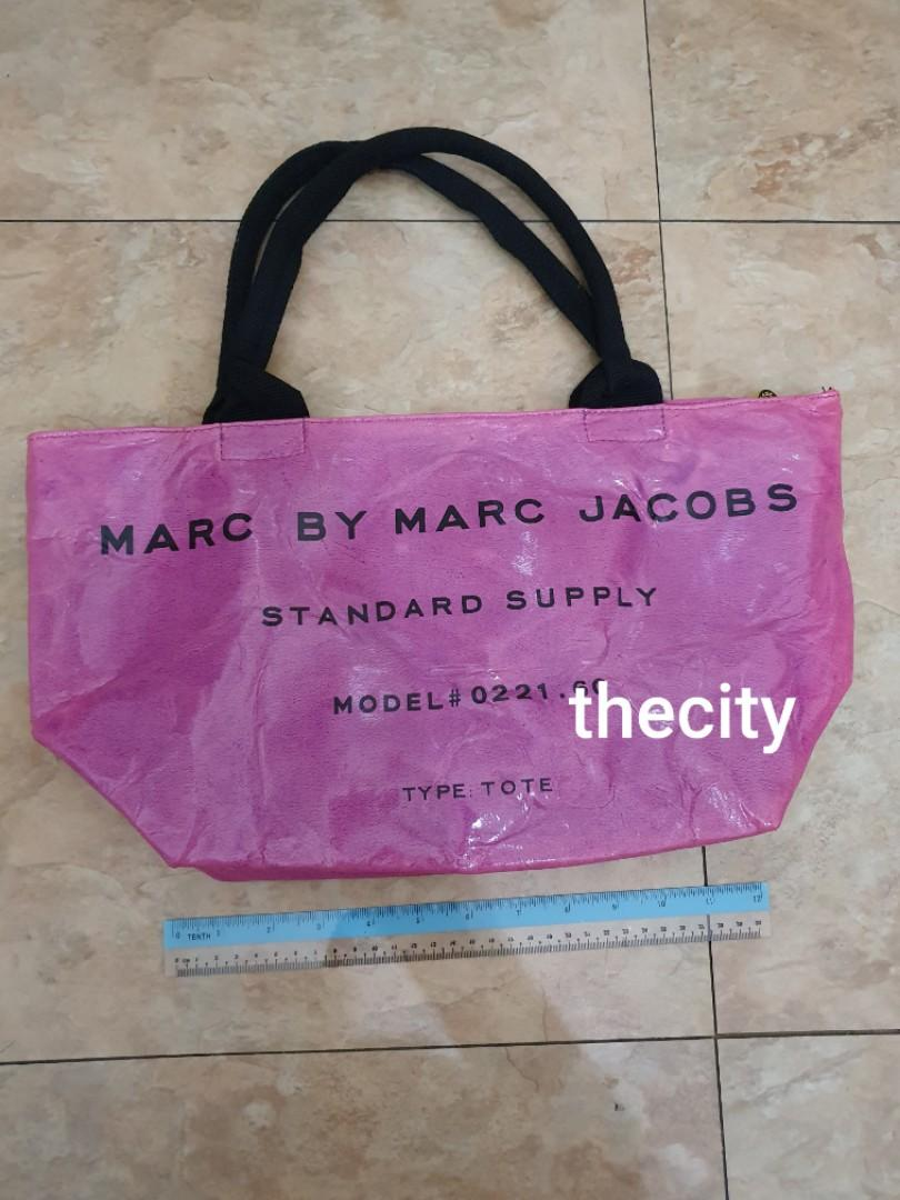 NEVER BEEN USED - MARC JACOBS PATENT SHOPPING TOTE - CLASSIC VINTAGE DESIGN - KEPT UNUSED IN STORAGE , SIDES HAVE SCUFFS DUE TO IMPROPER STORAGE - SO NOT FOR FUSSY BUYERS - MARC JACOBS FACTORY OUTLET STORE ITEM - CLEAN INTERIOR - (RETAILS OVER  RM 1000+)