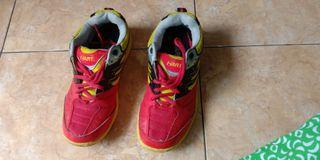 Sepatu olahraga badminton
