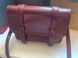 (近全新)酒紅色皮革側背包