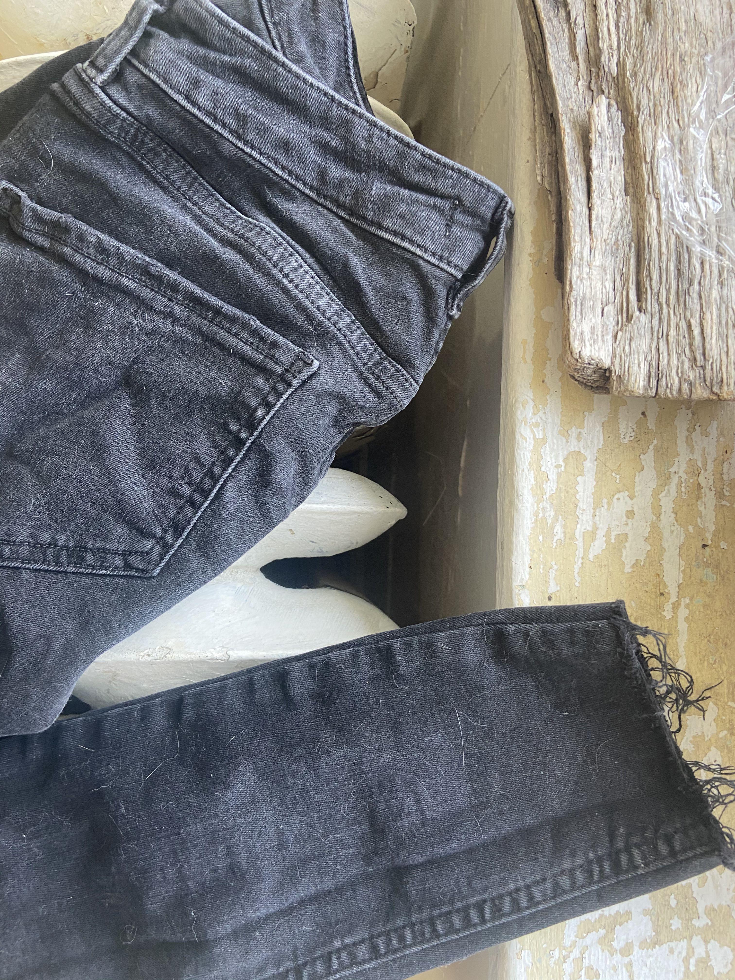 Never worn, distressed black skinny jeans. Size 6.