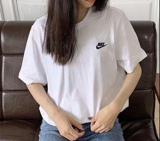 Nike 刺繡小標t 上衣 白色