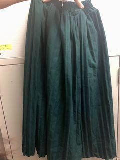 深綠色百褶長裙