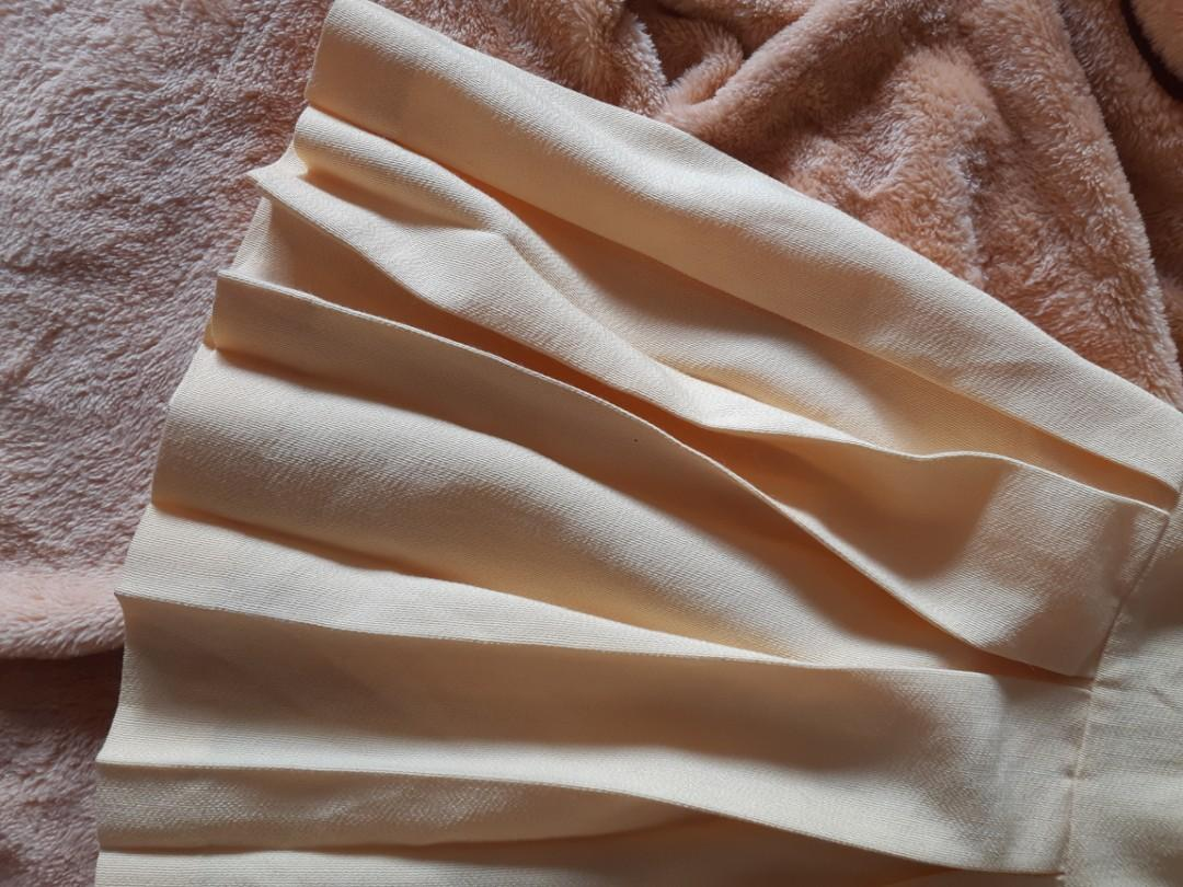 medium staxs yellow, pleated skirt!