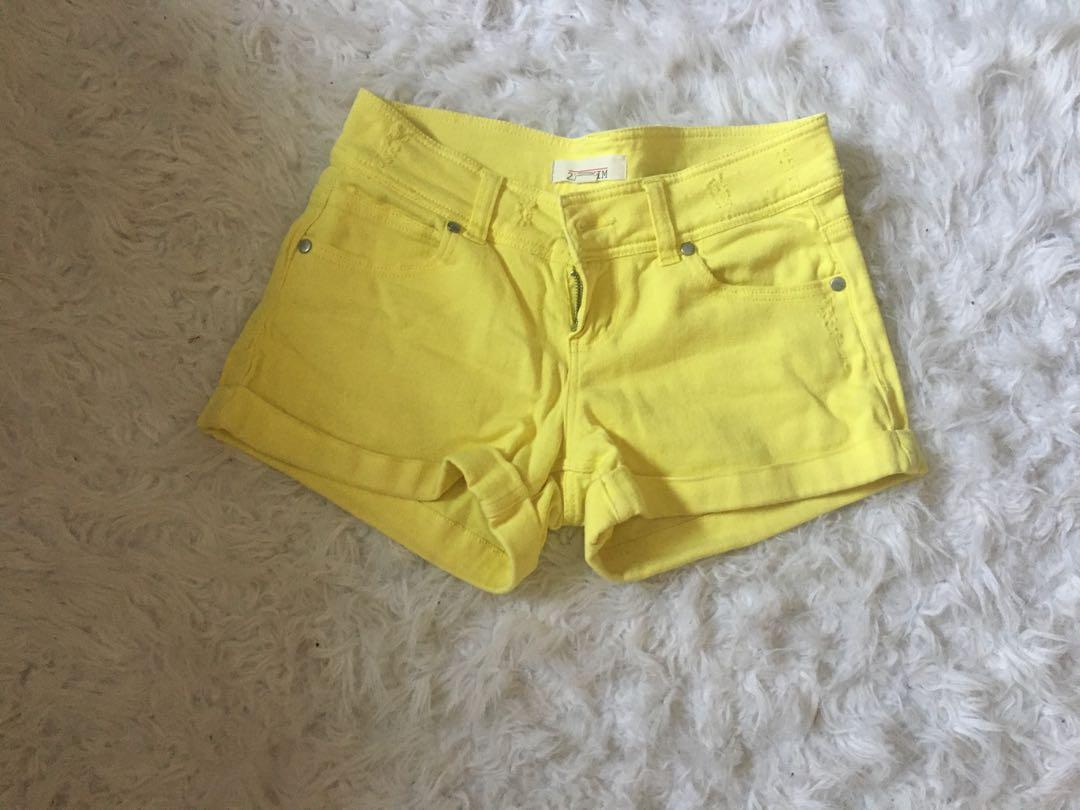 Yellow shorts 🌞