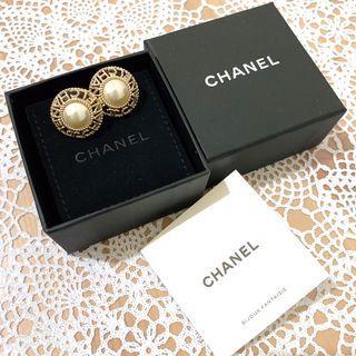 CHANEL經典鏤空珍珠針式耳環